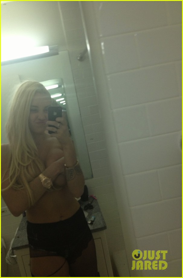 amanda bynes topless holding boobs in new twitpic