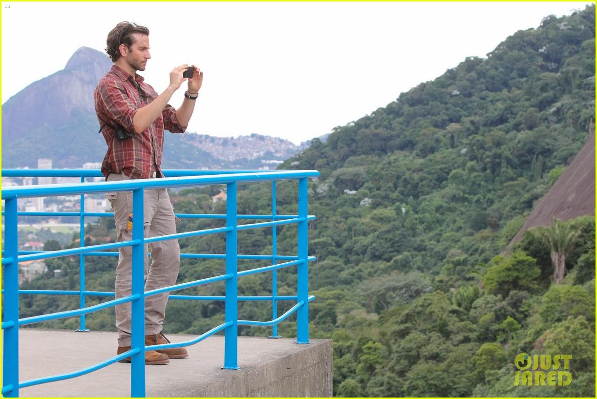 bradley cooper visits santa marta favela with ed helms 06