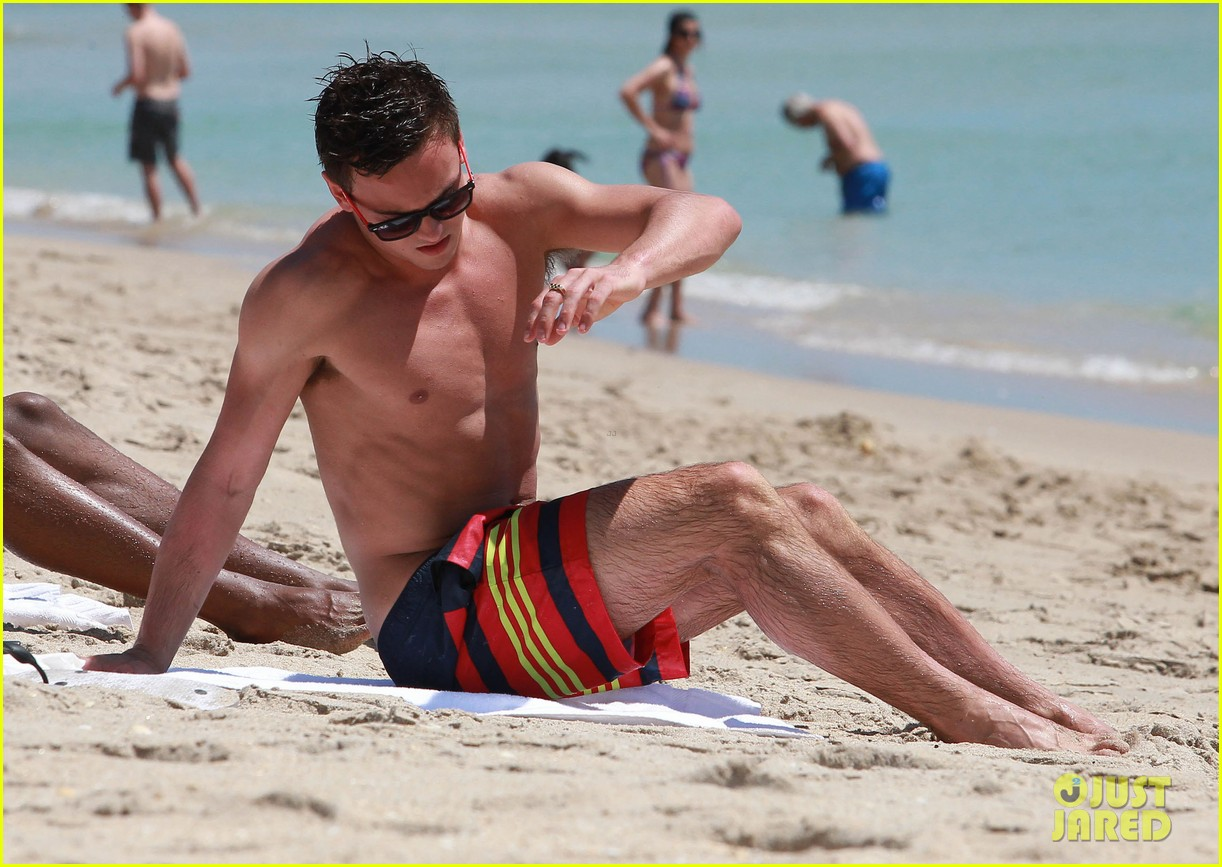 tom daley shirtless beach vacation 13