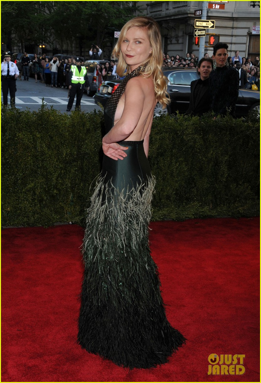kirsten dunst met ball 2013 red carpet 042865098