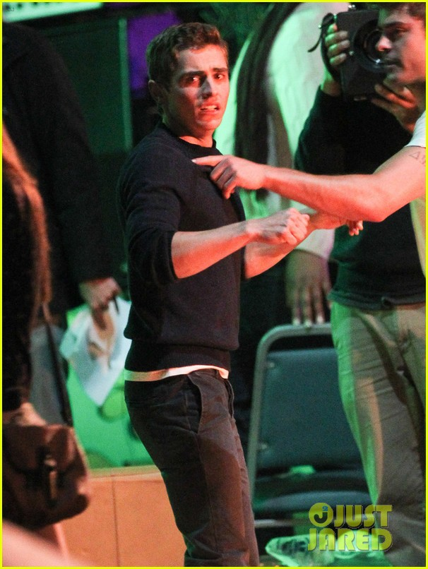 zac efron shows off his guns on townies set 02