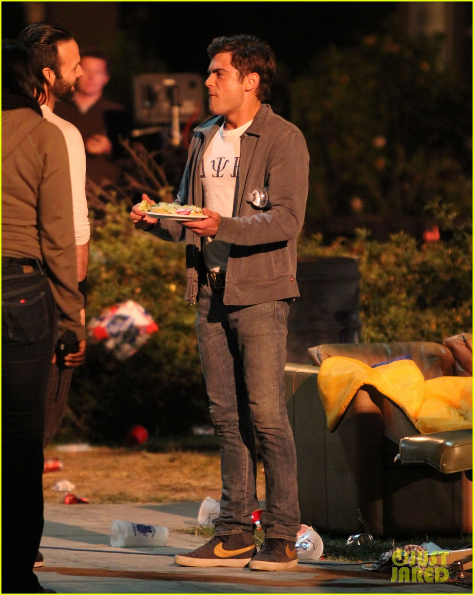 zac efron taco time for townies dinner break 202876766