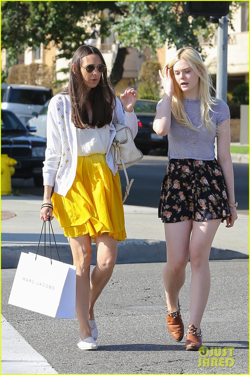 elle fanning shops with her mom in weho 01