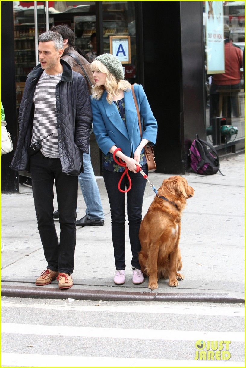 andrew garfield films spider man 2 emma stone watches dog 102879420