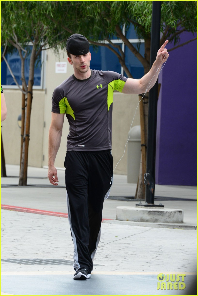 chris evans bulging biceps after weekend workout 012866681