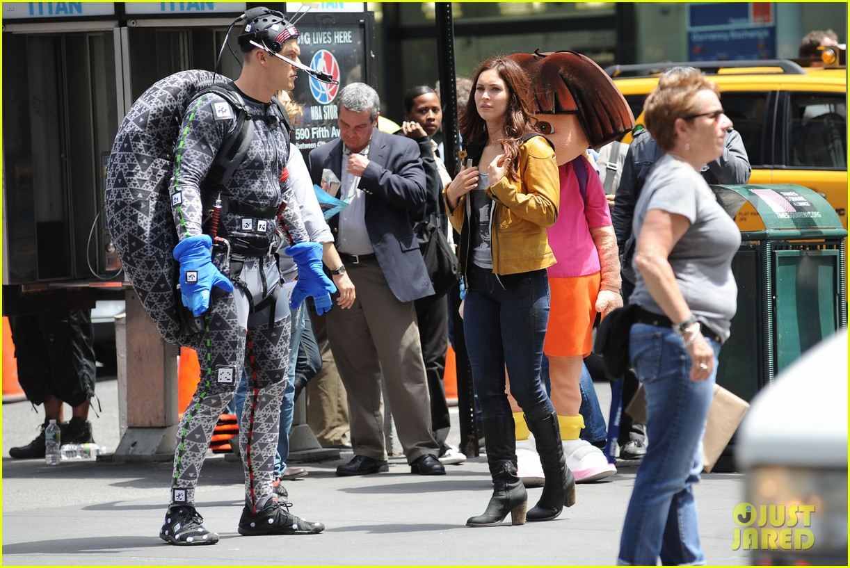 megan fox alan ritchson hold hands on ninja turtles set 022874904
