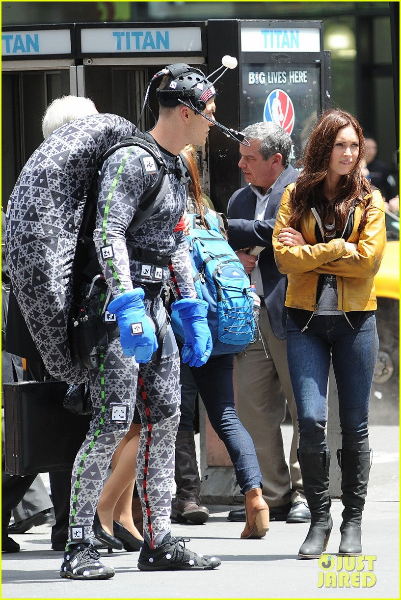 megan fox alan ritchson hold hands on ninja turtles set 192874921