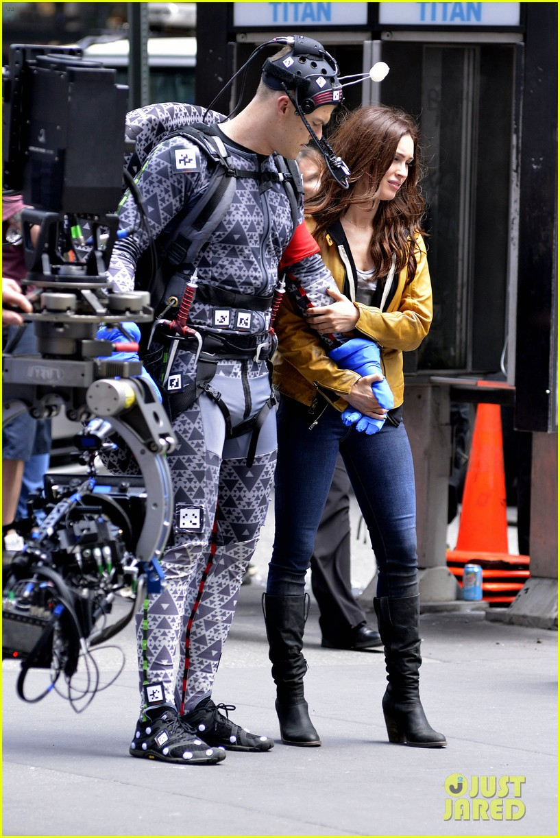megan fox alan ritchson hold hands on ninja turtles set 212874923