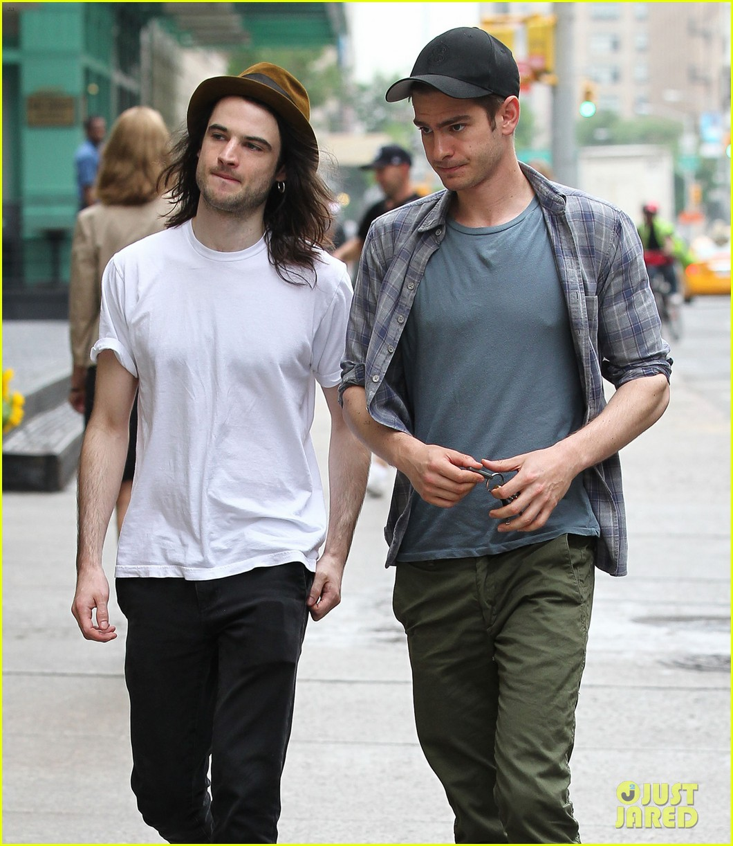 andrew garfield tom sturridge manhattan dog walkers 06