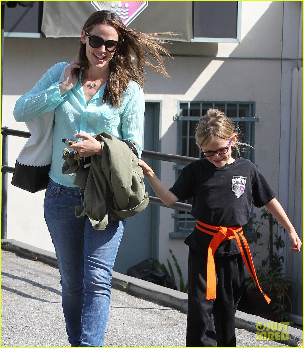 jennifer garner busy week with violet 04