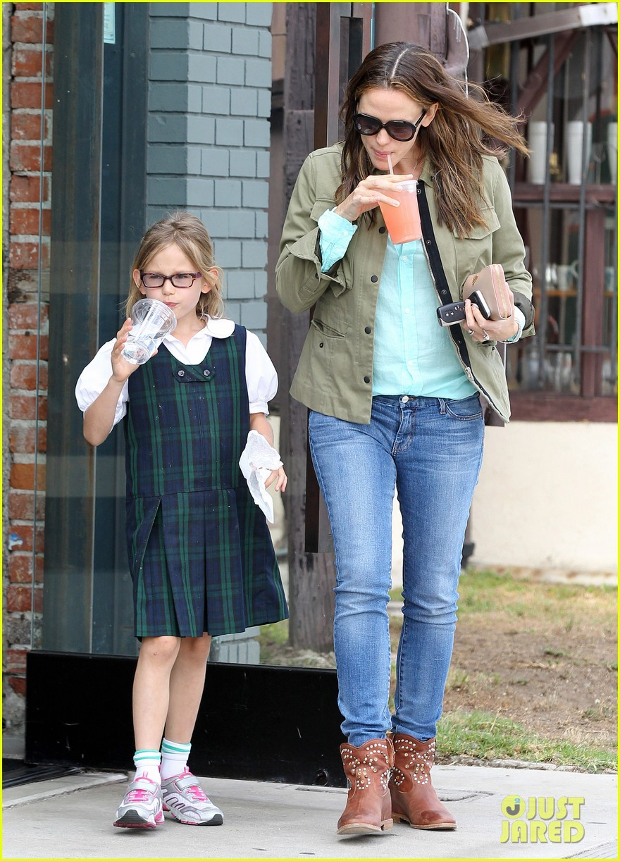jennifer garner busy week with violet 09