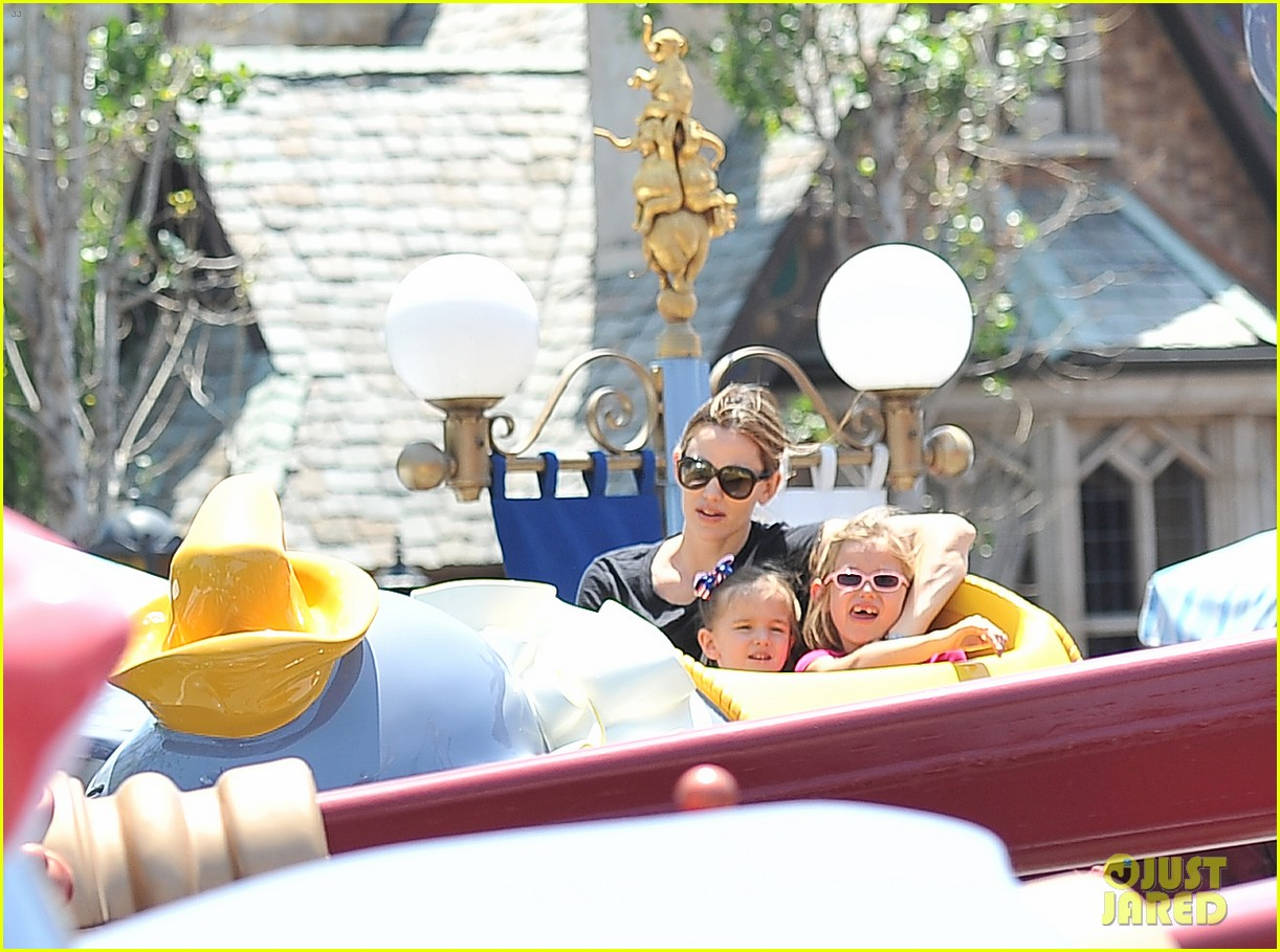 jennifer garner disneyland dumbo ride with the girls 012863930