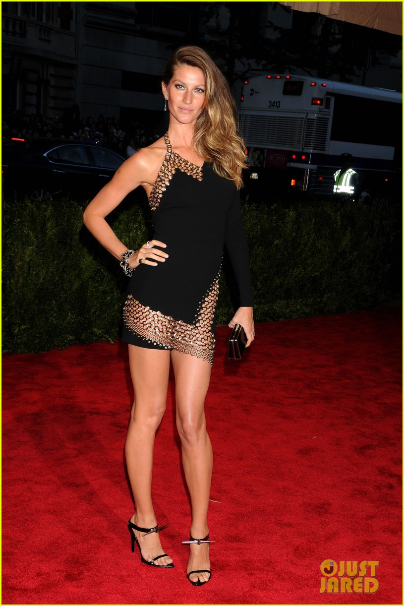 gisele bundchen tom brady met ball 2013 red carpet 01