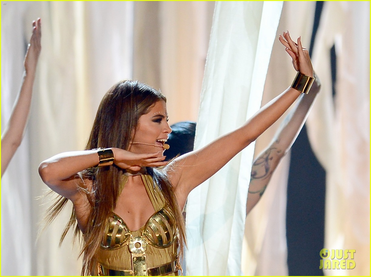 selena gomez billboard music awards 2013 performance video 07