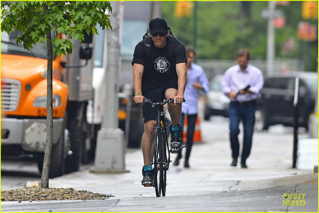jake gyllenhaal bike rides with the brooklyn nets 052877179