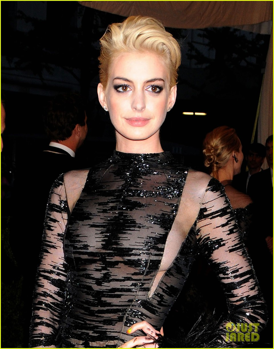anne hathaway bleach blonde hair at met ball 2013 02