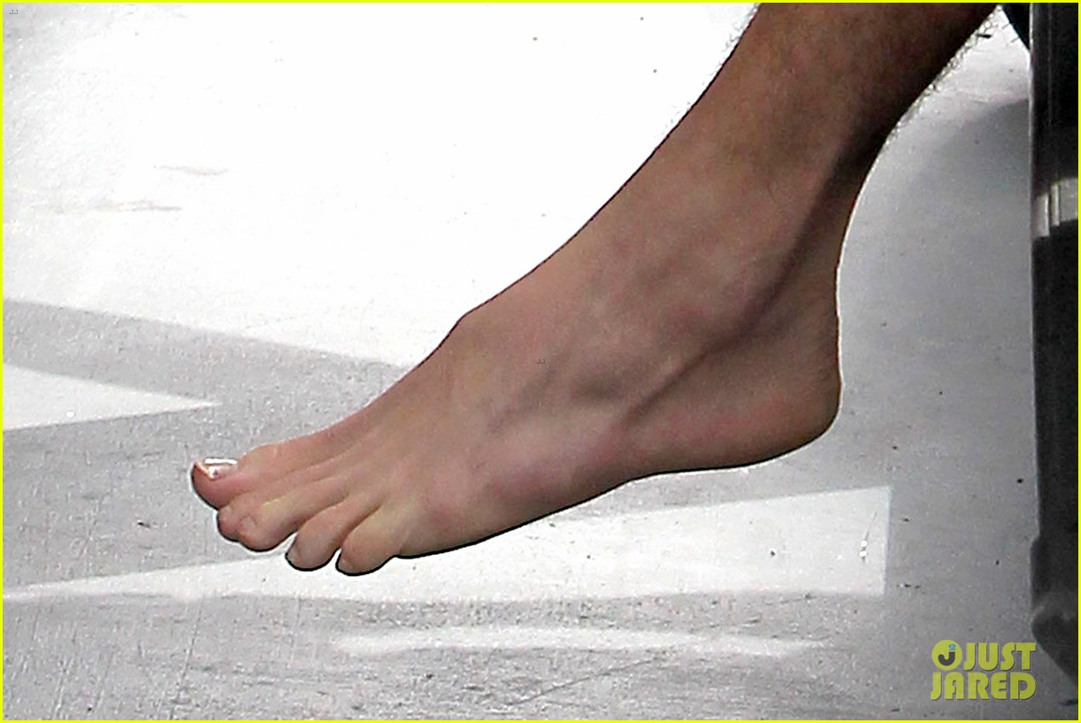 liam hemsworth barefoot at gym after aurora rising casting 042878212
