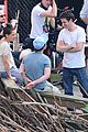 katie holmes luke kirby t shirt costars on mania days set 05