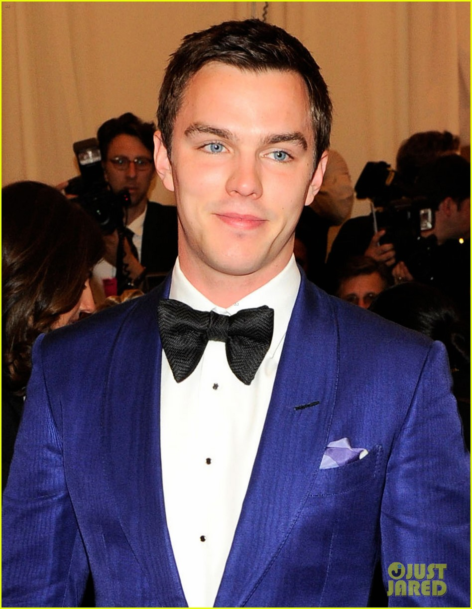 nicholas hoult met ball 2013 red carpet 01