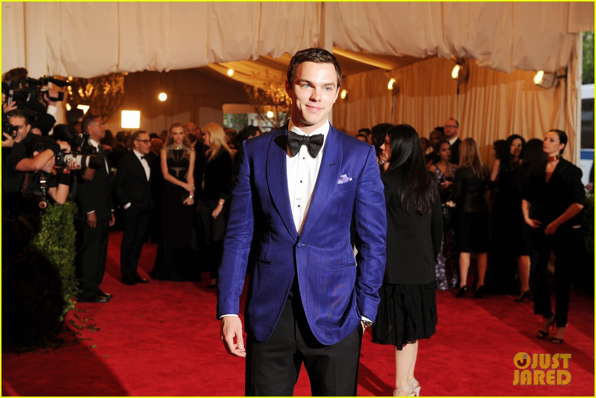 nicholas hoult met ball 2013 red carpet 03