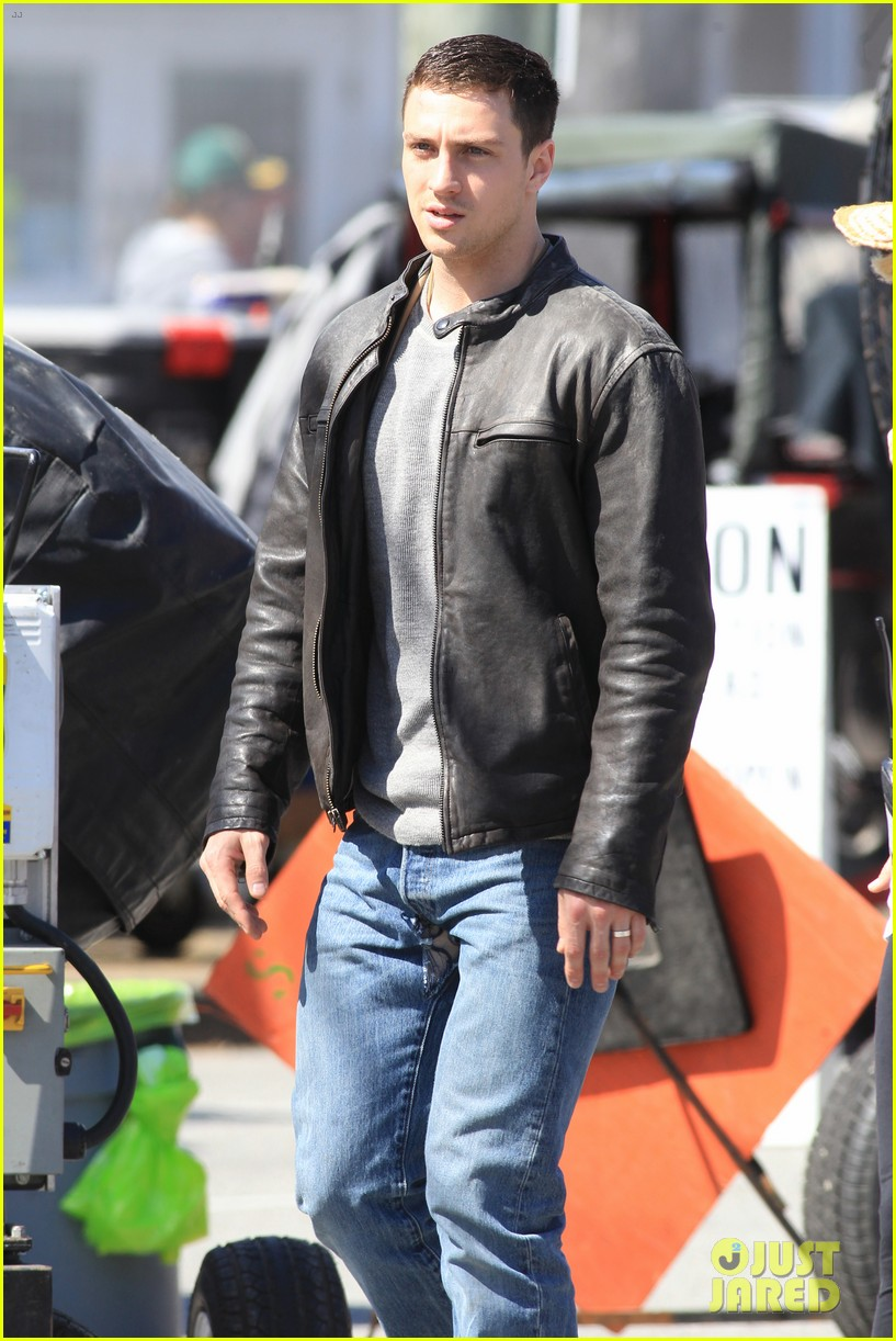 aaron taylor johnson rips crotch in jeans on godzilla set 05