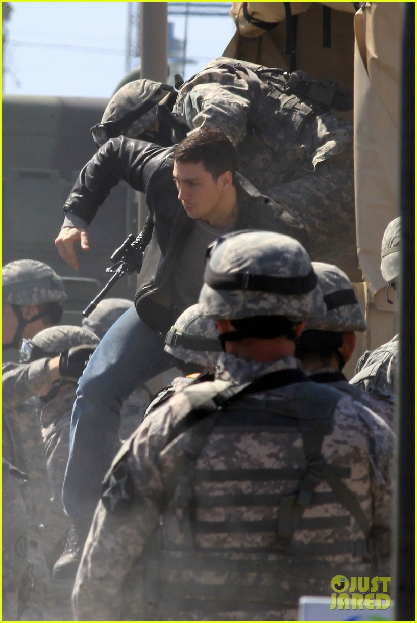 aaron taylor johnson rips crotch in jeans on godzilla set 12
