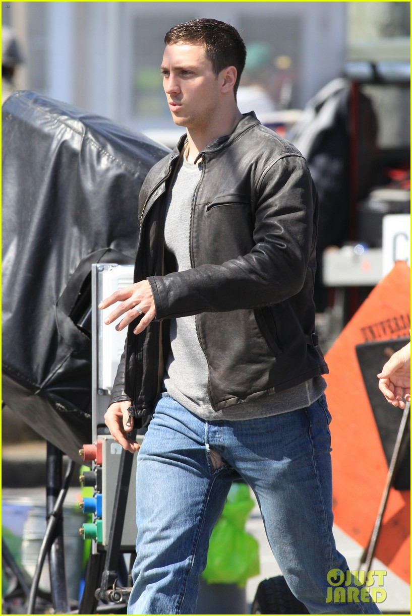 aaron taylor johnson rips crotch in jeans on godzilla set 22