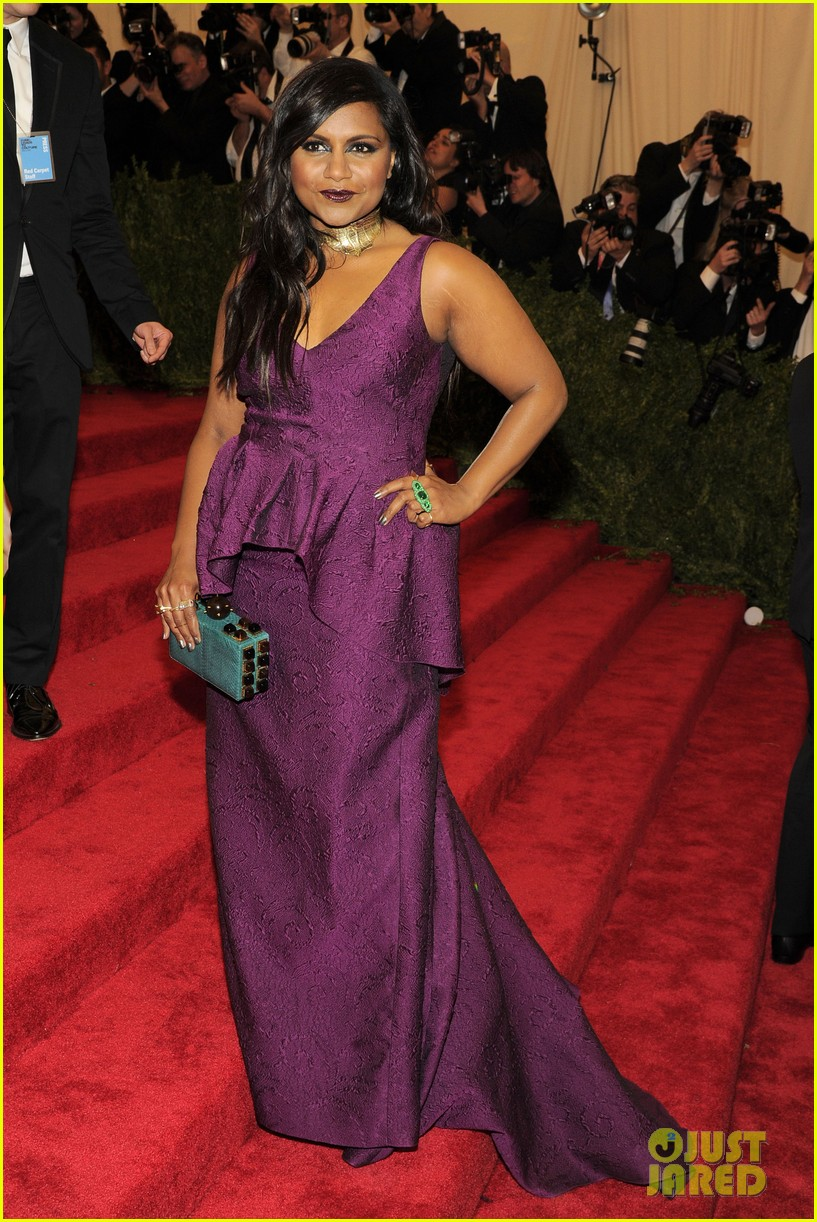 mindy kaling met ball 2013 red carpet with bj novak 02