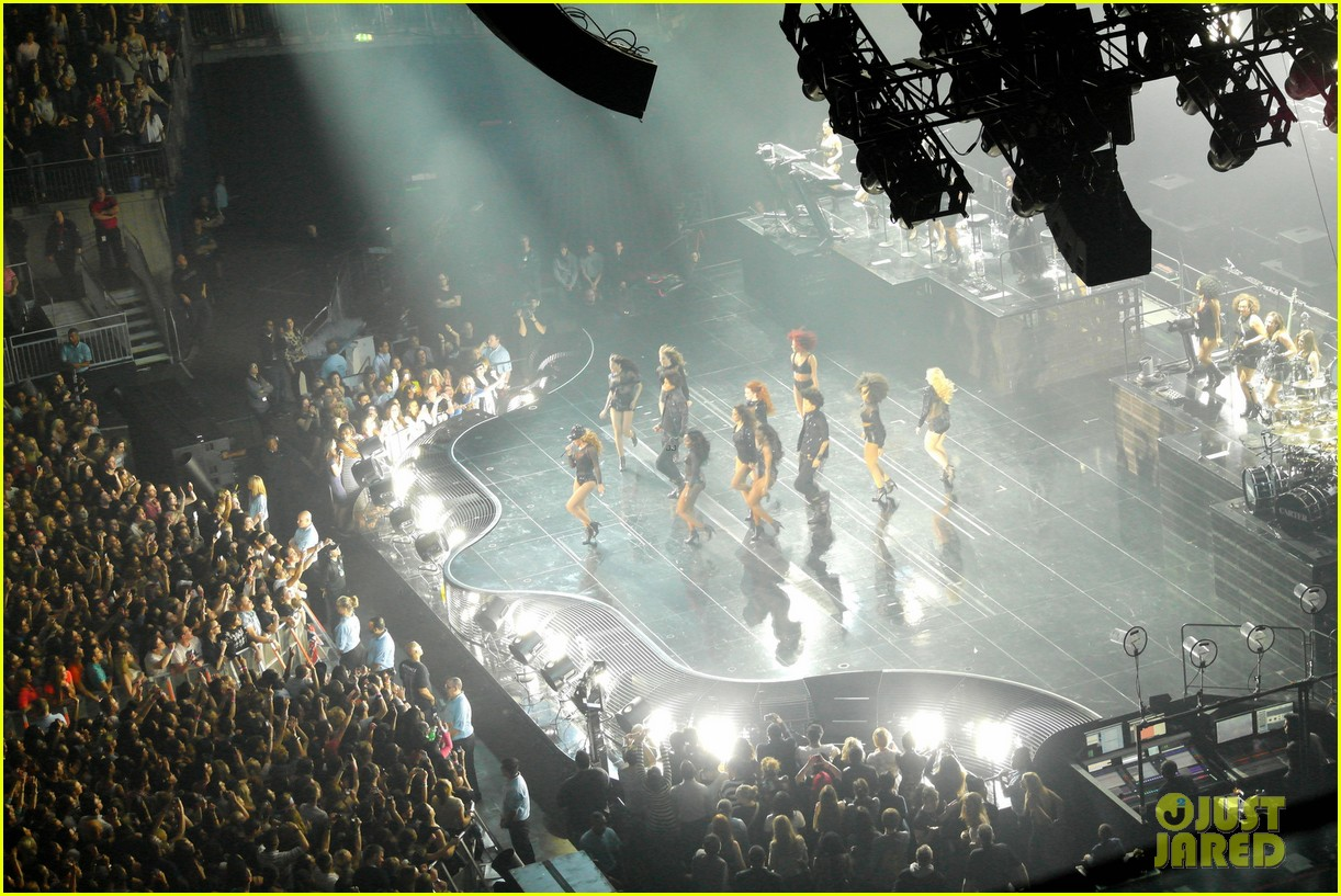 kim kardashian pregnant leather lady at beyonce concert 09