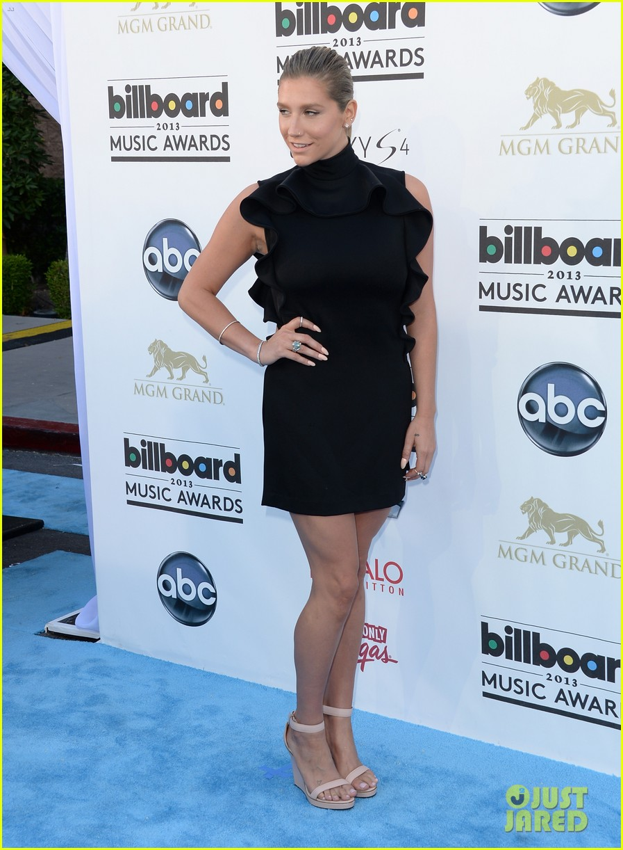 kesha waist high slit in dress at billboard music awards 2013 052874023