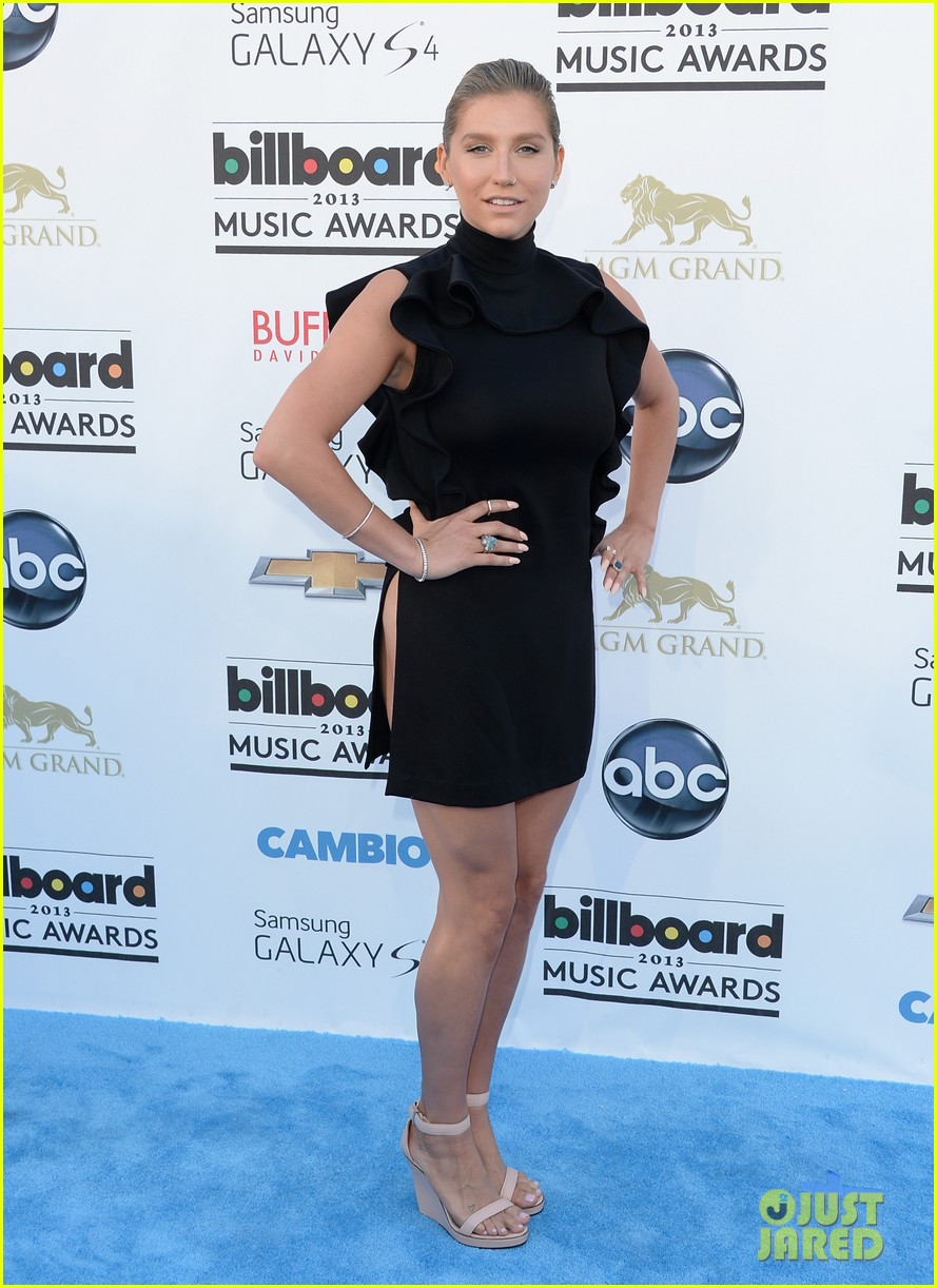 kesha waist high slit in dress at billboard music awards 2013 10