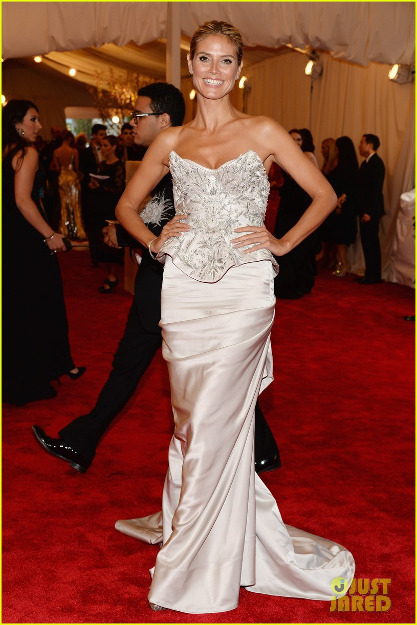 heidi klum met ball 2013 red carpet 022865143