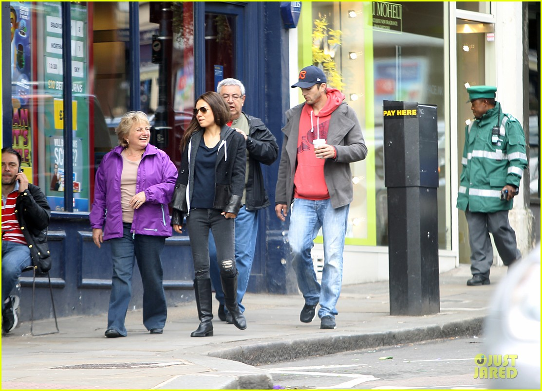 mila kunis ashton kutcher london coffee with the parents 02