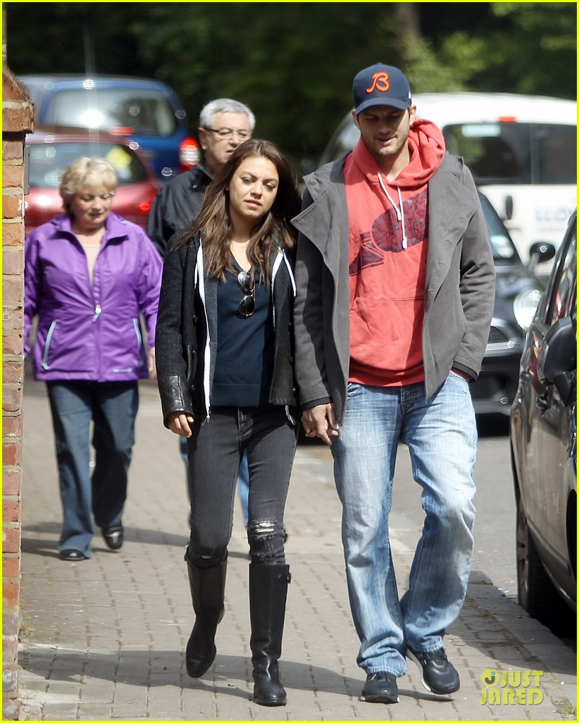 mila kunis ashton kutcher london coffee with the parents 072872764