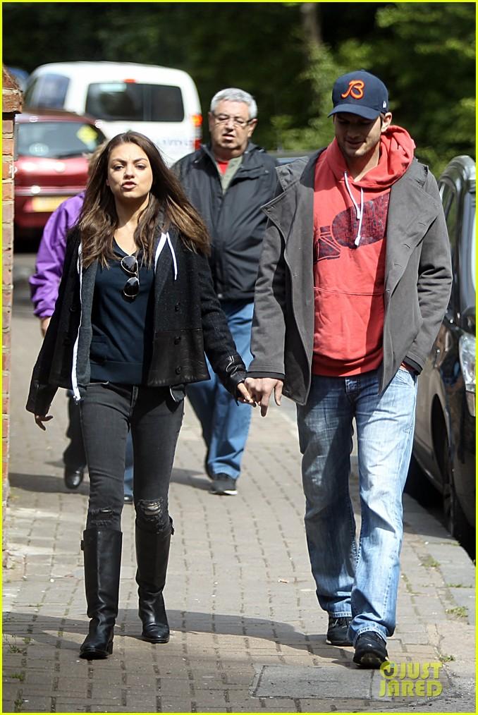mila kunis ashton kutcher london coffee with the parents 09