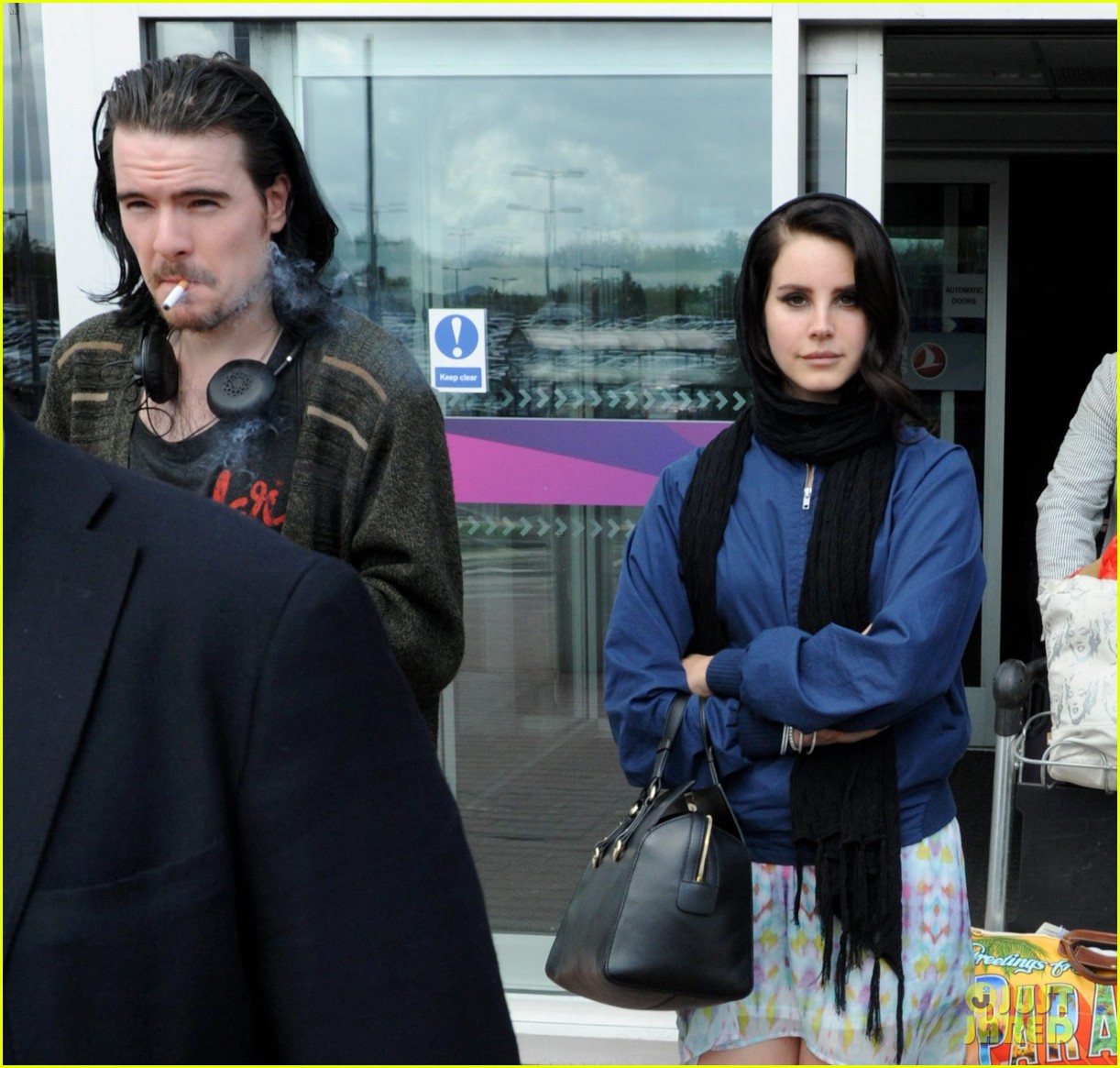 lana del rey scotland arrival with boyfriend barrie james oneill 05