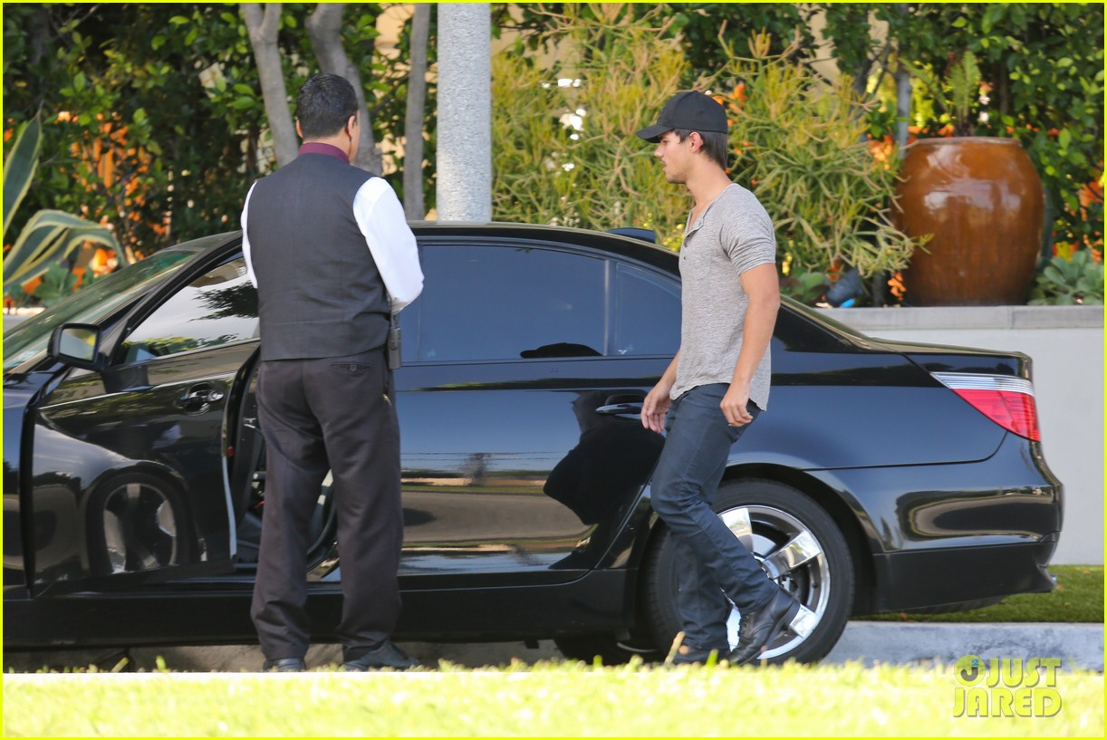 taylor lautner needs jump start after hotel meeting 16