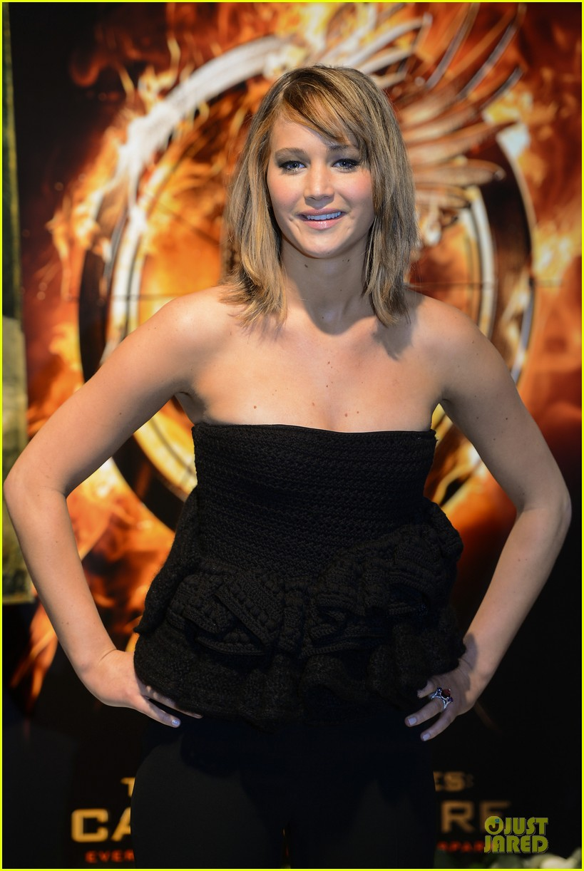 jennifer lawrence liam hemsworth catching fire cannes photo call 06
