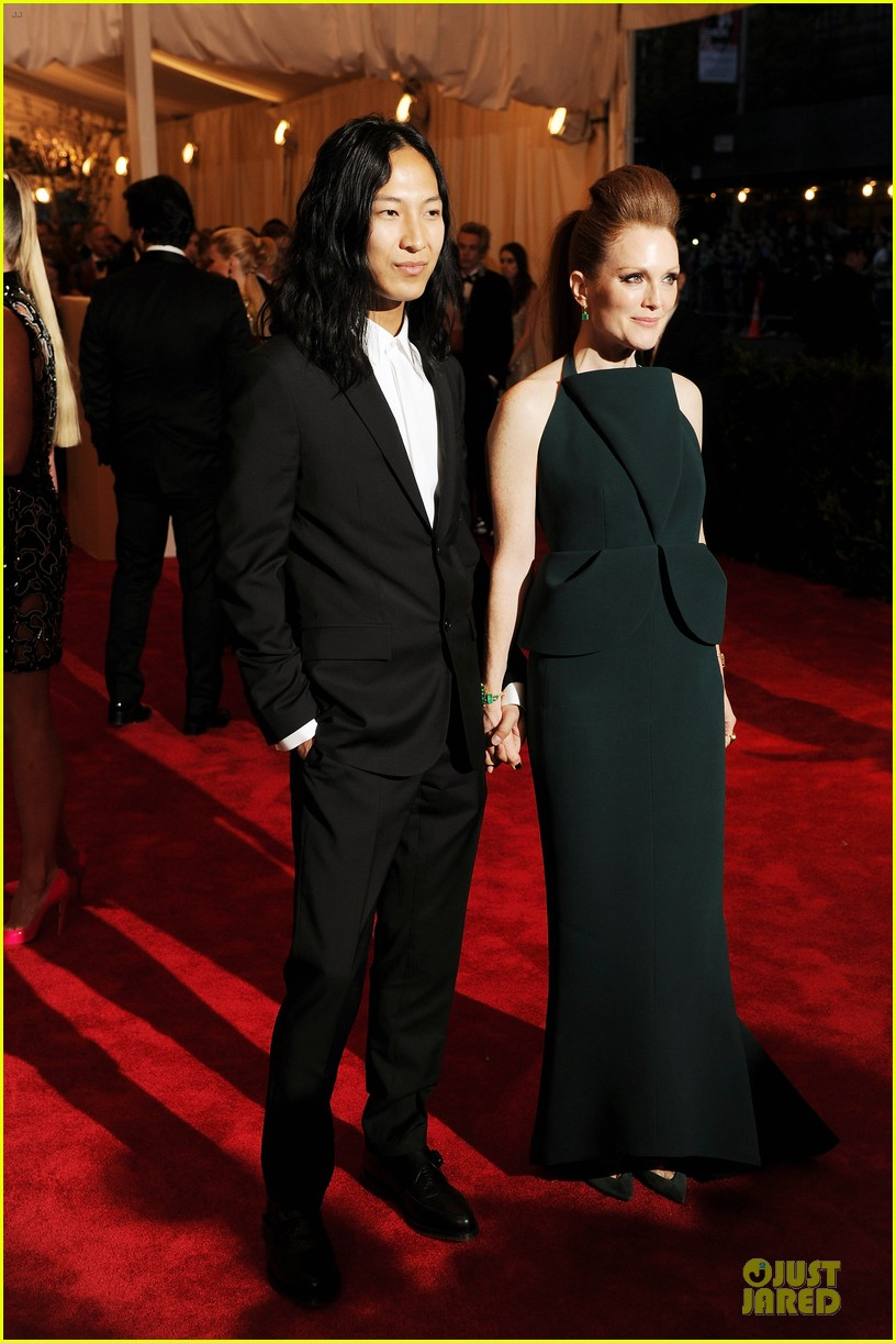 julianne moore met ball 2013 red carpet 04