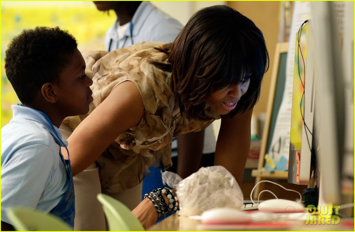 michelle obama kerry washington exercise with savoy school students 06