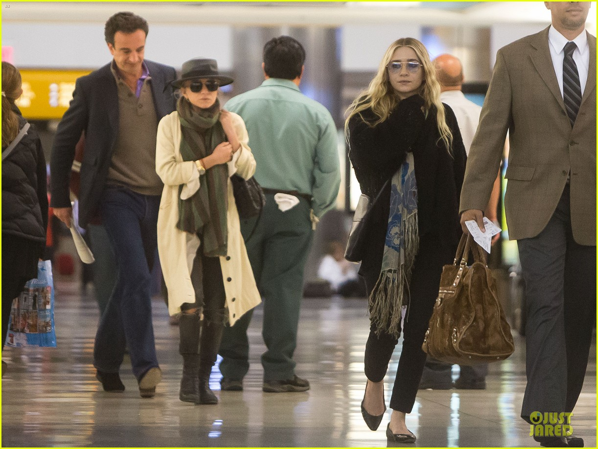 elizabeth mary kate olsen separate outings with boyfriends 05