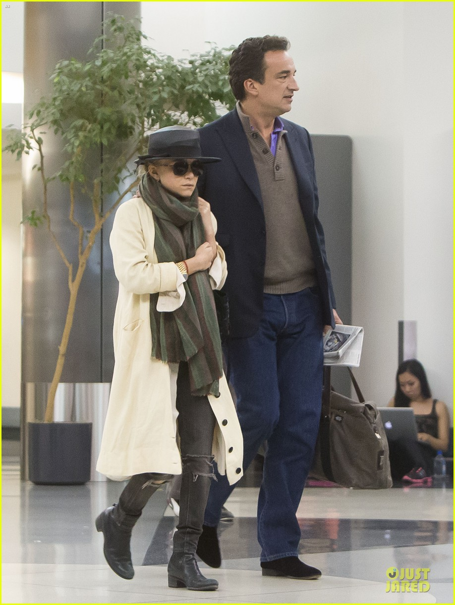 elizabeth mary kate olsen separate outings with boyfriends 09