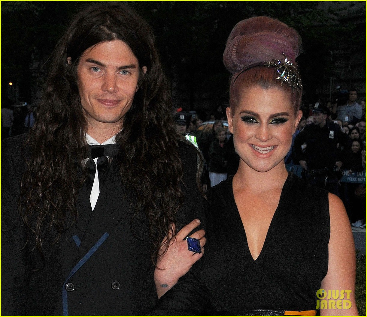 kelly osbourne matthew mosshart met ball 2013 red carpet 022865239