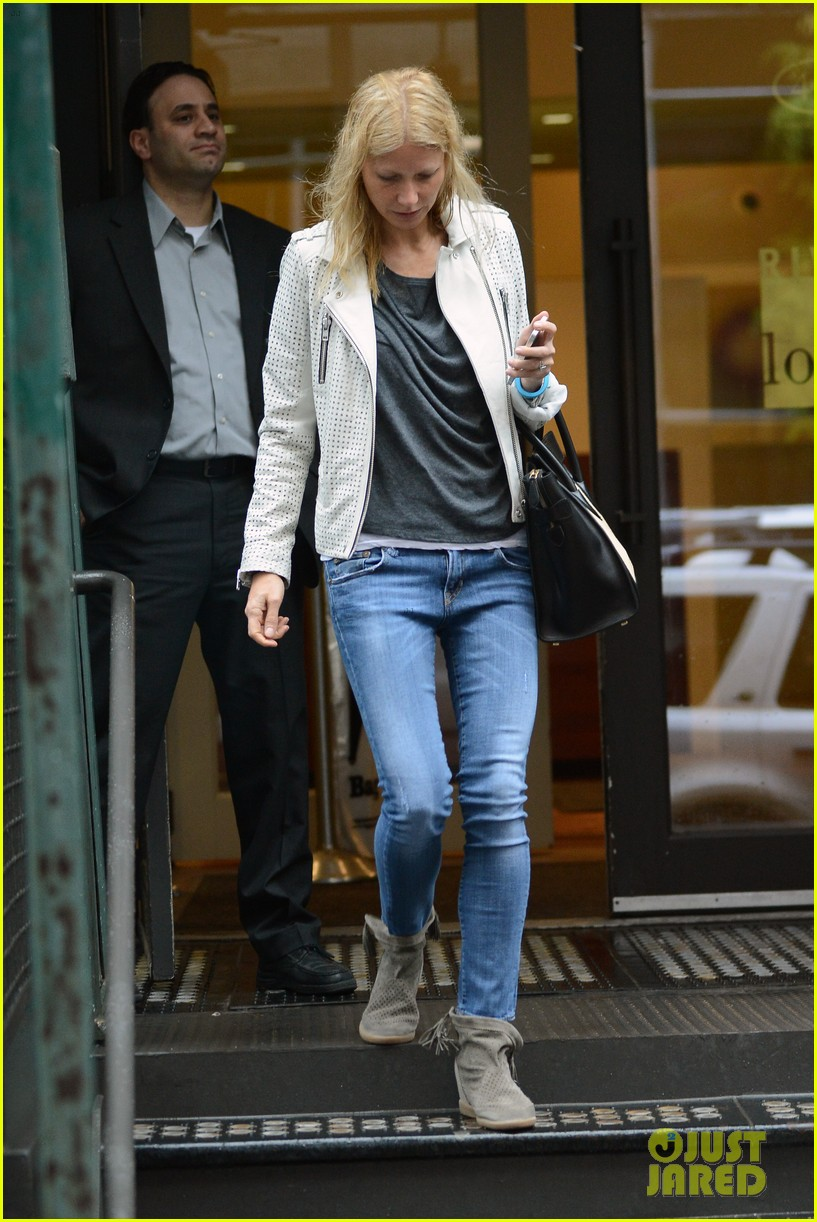 gwyneth paltrow gets caught in rain en route to photo shoot 07