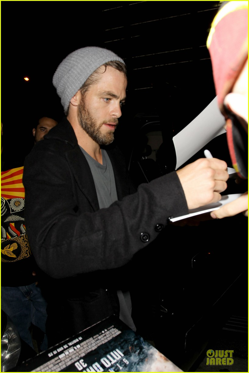 chris pine hold hands with mystery gal at bootsy bellows 26
