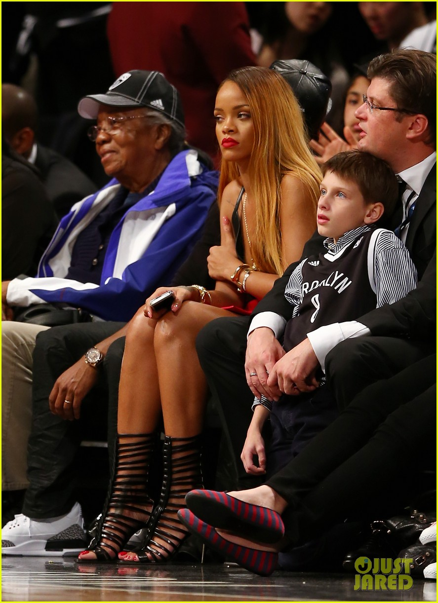 rihanna flaunts new long two toned hair at nets game 02