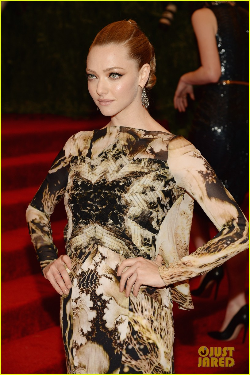 amanda seyfried met ball 2013 red carpet 012865172