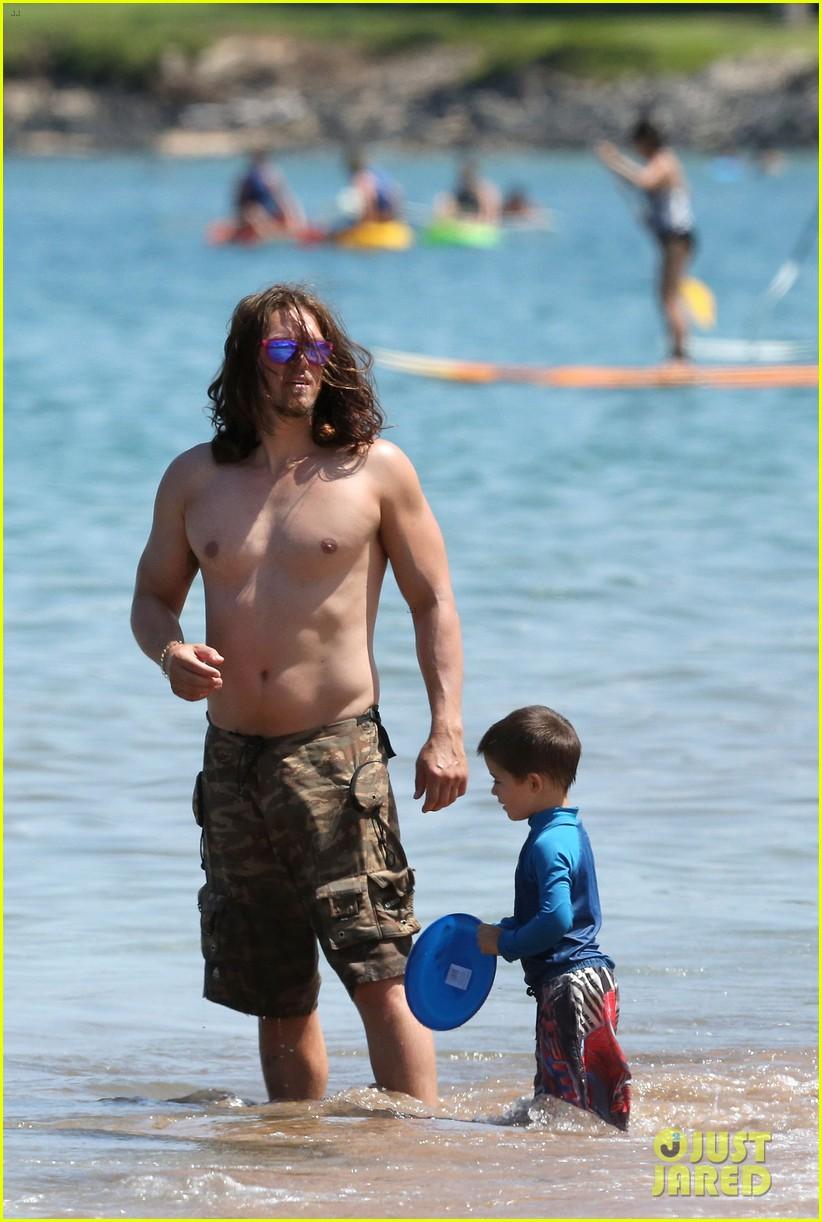 sarah shahi bikini family vacation with shirtless steve howey 05