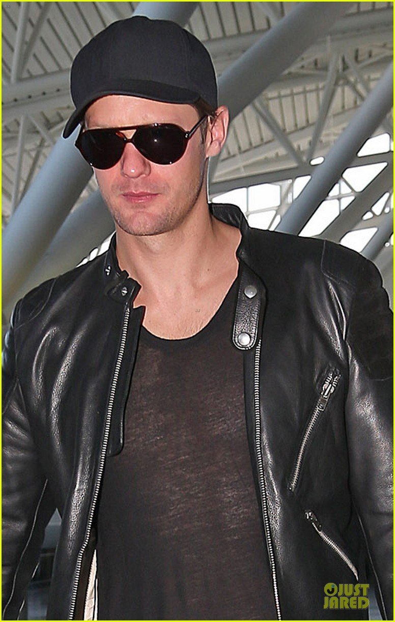 alexander skarsgard jfk airport departure after met ball 022866163