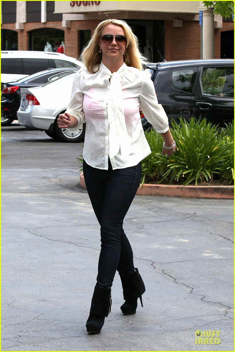 britney spears pink bra at coffee bean 14